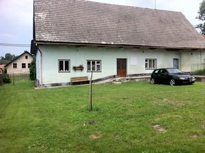 a stary domek jako zazemi...