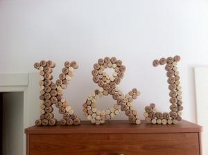 písmena z korku na svatební tabuli