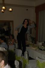 Sestra tancuje na židly.