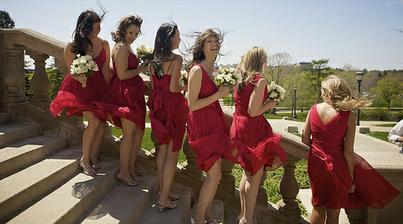 přesně tak, červené šaty a  bílé kytky