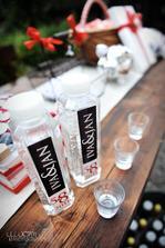 a další detail: lahve s vodou můžou vypadat i takhle