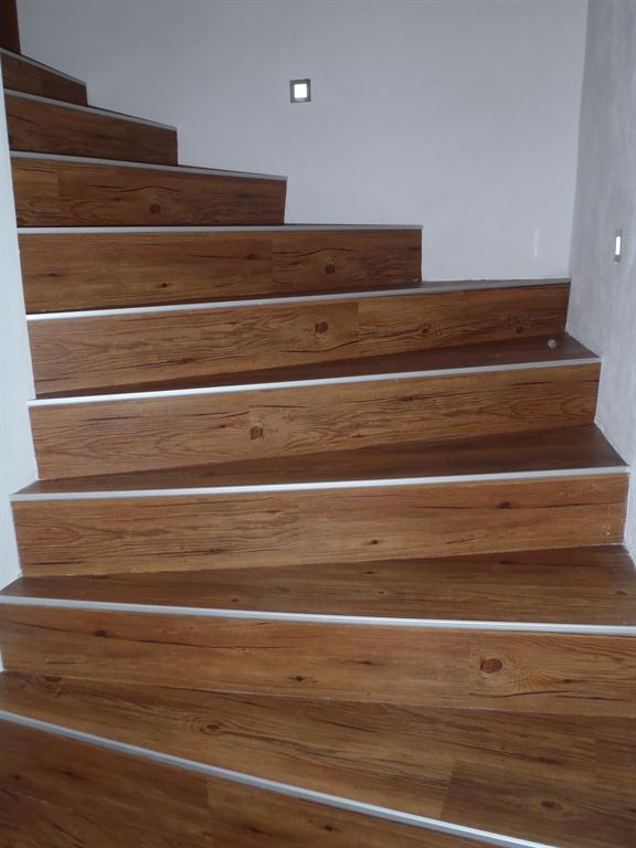 Pro @kaaccka - Vinylové schody - Toto je nejběžnější způsob položení - na kovovou lištu, část je po vinylem
