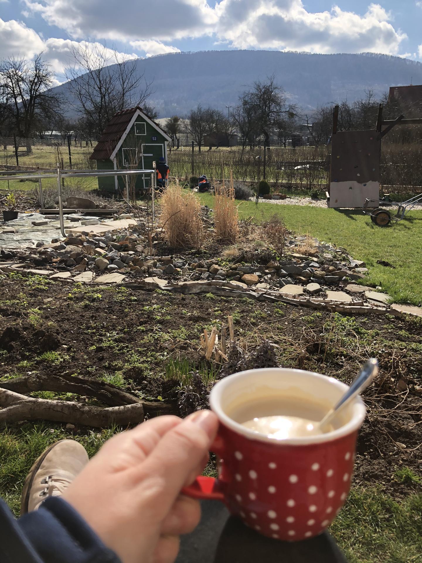 U nás doma a na zahradě 2020 - Prvni letosni kava venku❤️