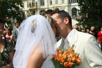 první novomanželský polibek
