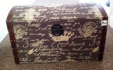 tuto truhlicu sme si kupili do chodby, jaj hned by som vedela ako ju vyuzit pri svadobnej vyzdobe :)