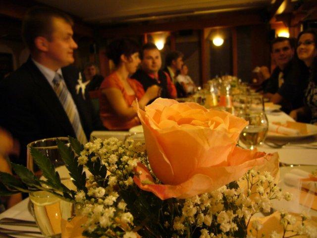 Detaily zo svadby - v popredi je mala ikebanka, bola to ruzicka ozdobena nevestinym zavojom