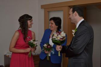 rozesmátí svatebčani