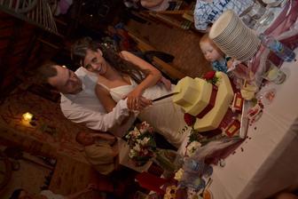 jedna pověra praví, že ten kdo má při krájení dortu ruku nahoře, tak manželství vede...