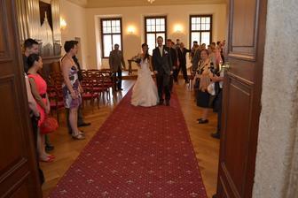 odchod novomanželů ze svatební síně