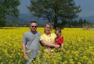 A tady rodinné foto na našem pozemku :-))