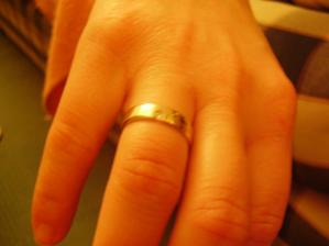 To je můj zásnubní prstýnek. Je prostě nádherný...