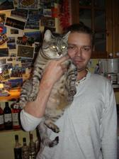 Můj nastávající s naší kočičkou..