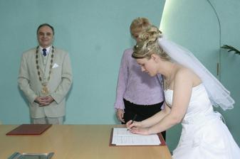 Poprvé se podepisuji novým příjmením...