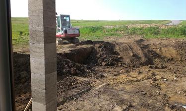 Napokon sme sa rozhodli, že terén bude v rovine a bude nás to stáť jeden vysoký múr