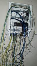 Skrinka na elektrinu ... samé káble