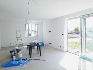 Obývačka tiež vymaľovaná