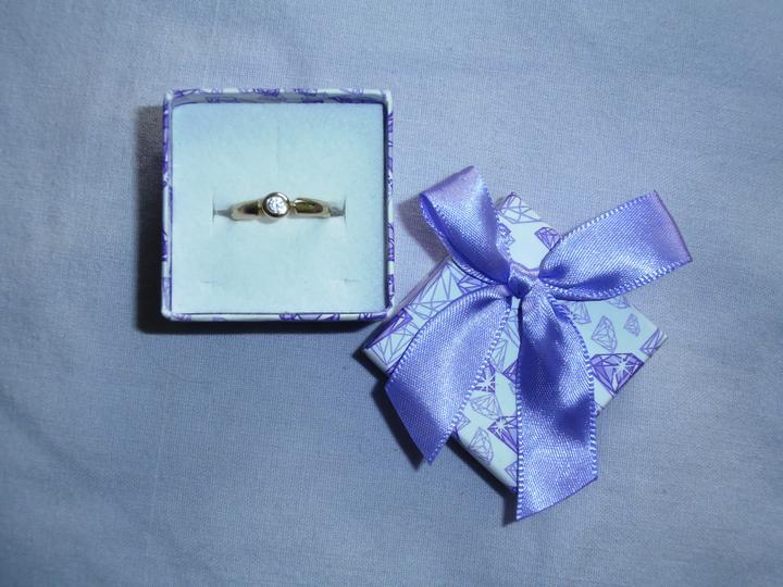 Lila mania - Můj zásnubní prstýnek a ..... budoucí manžel je všímavý .... fialová krabička!!! :)