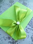 zelené jarní svatební oznámení se vzorem a stuhou,