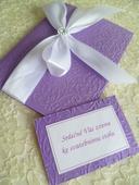 fialovobílé svatební oznámení se vzorem a stuhou,