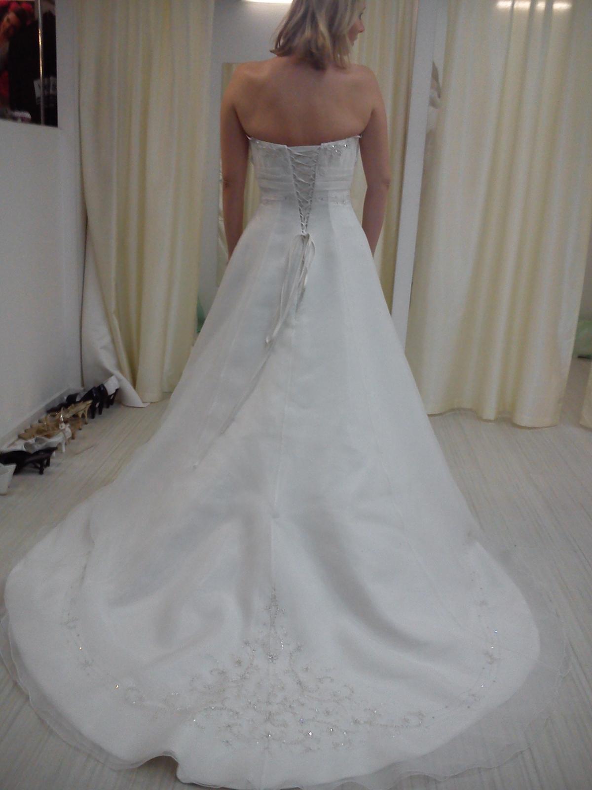 viki83 tak jak to tady čtu tak já jsem koupila nádherný princeznovský šaty  v Praze se závojem a bižu za 5500 974e4472875