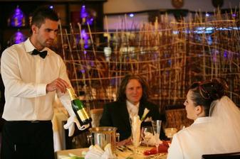 Pán čašník krásne zapózoval :-)