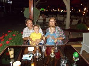 Spokojená rodinka na dovolené v Řecku. Moc jsme si ji užili.