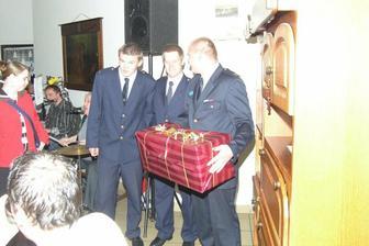 dobrovolní hasiči Jíloviště nám přijeli pogratulovat a předat svatební dar - dostali jsme krásnou obrovskou vázu