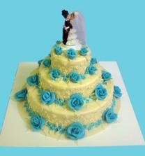 Zamluvený dort, ale s rudými růžičkami a pouze dvou patrový :-)