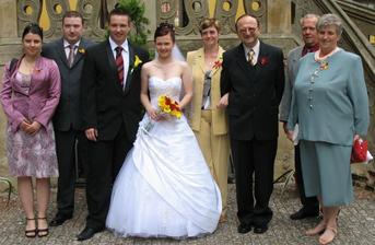 Svatebčané  - zleva švagrová Andrea s manželem Honzou, ženich Míša s nevěstou Soňou, nevěstiny rodiče a prarodiče