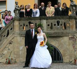 Se svatebčany na schodech