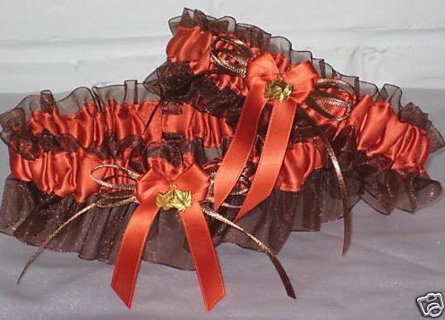 Hnědý podvazek v kombinaci s červenooranžovou