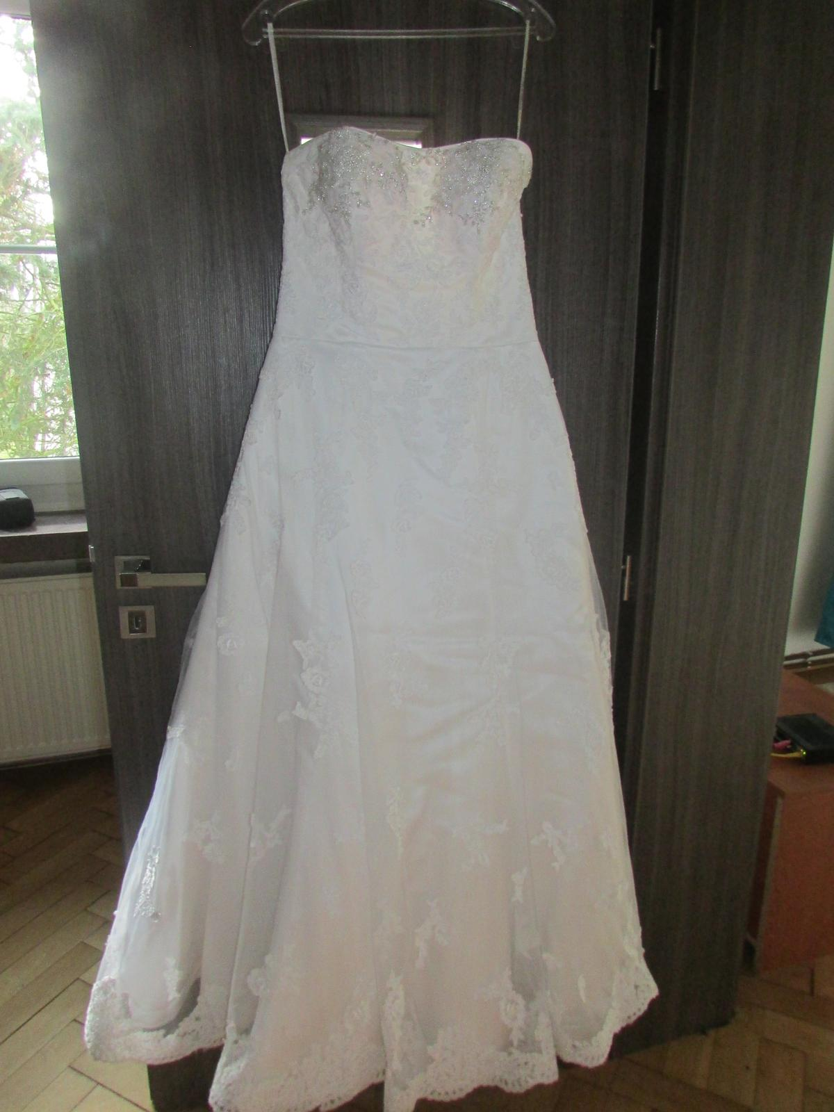 svadobné šaty s čipkovanou vlečkou - Obrázok č. 1