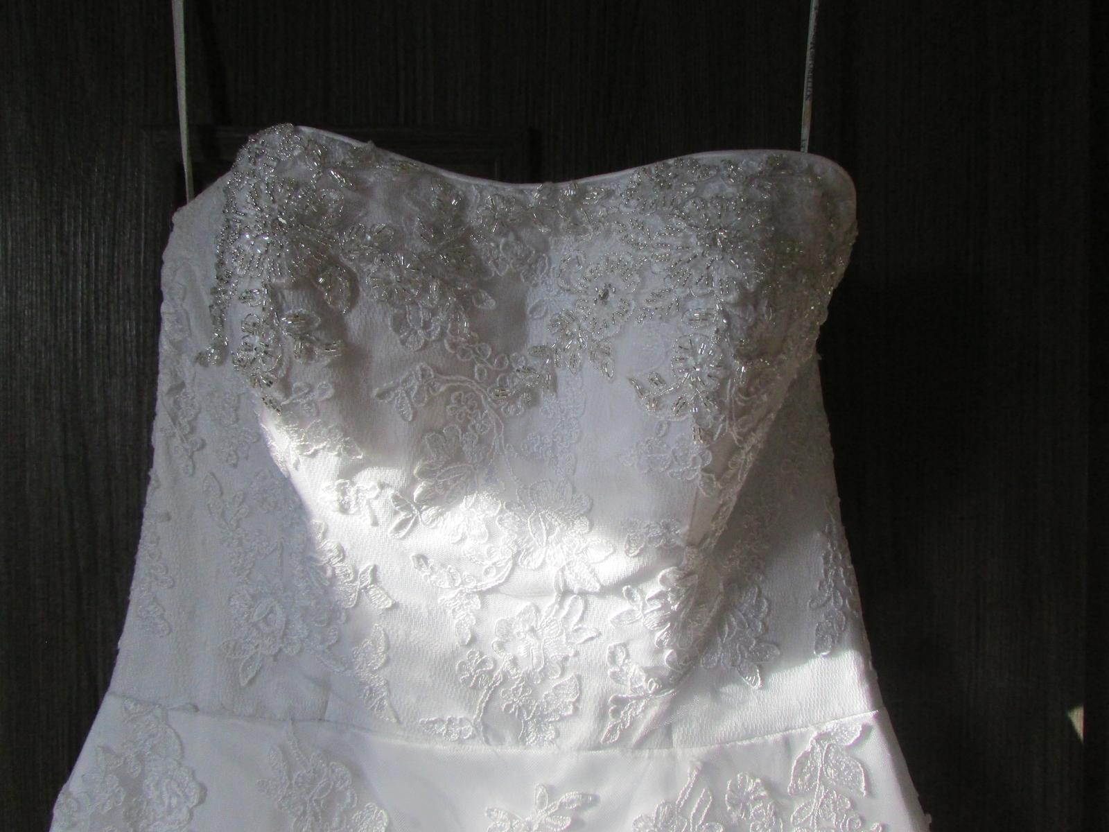 svadobné šaty s čipkovanou vlečkou - Obrázok č. 2
