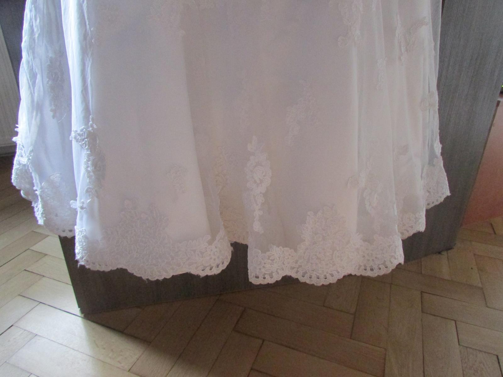 svadobné šaty s čipkovanou vlečkou - Obrázok č. 3