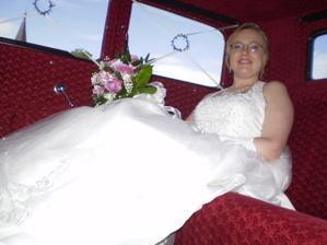 Krásný interiér krásného autíčka - nevěsta se veze jako princezna v kočáře