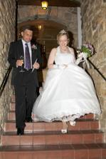 Ve sklípku bylo příjemně, ale chůze po schodech byla pro nevěstu trošku problém
