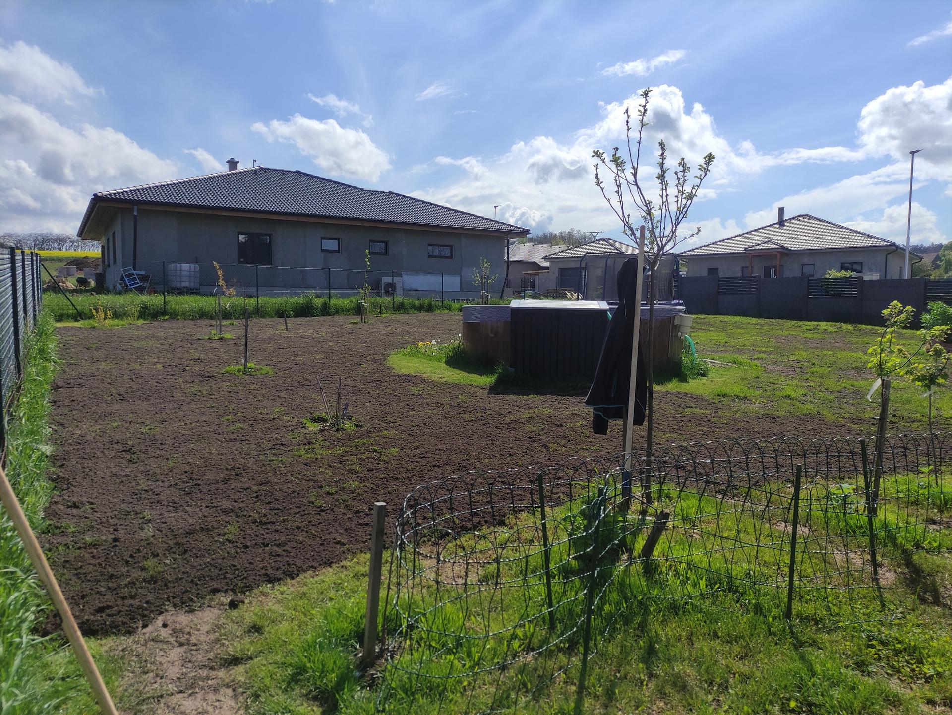 Malý dnes přispěl svou troškou do mlýna (spal 2 hodiny) a můžu říct, že máme HOTOVO. Teď se jen modlit k Bohu trávy, aby tráva vyrostla. 😅 A jako bonus kvete jablůňka, vloni dva květy, dvě pidijablicka, letos je květů 7. 🤗 - Obrázek č. 1
