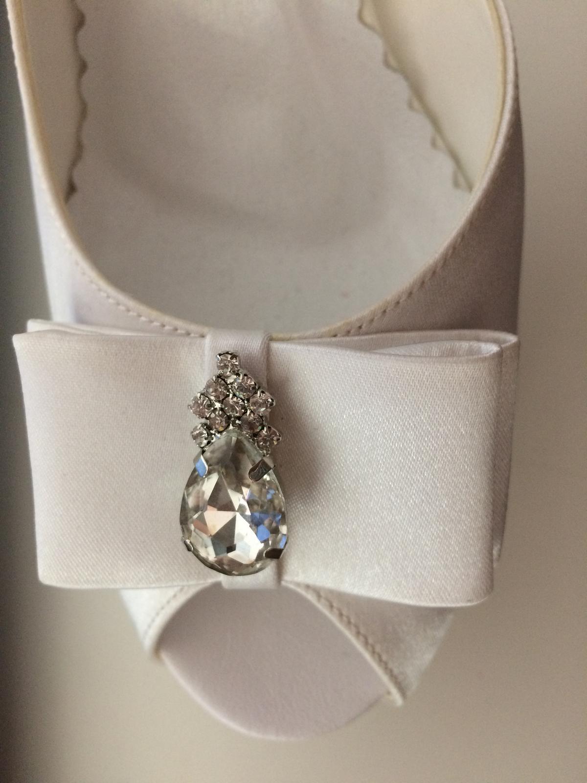 Saténové snehovobiele svadobné topánky - Obrázok č. 3