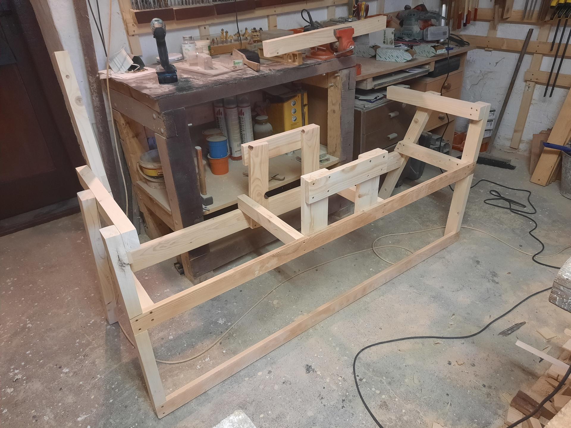 Začala bavit práce se dřevem další na řadě je lavice. Ještě není hotová. Jaká fermežová barva nebo co je nejlepší na dřevo ven? - Obrázek č. 1