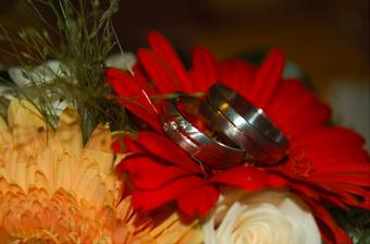 prstýnky na svatební kytici, uprostřed proužek červeného zlata