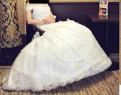 Vyšívané svadobné šaty s čipkovanou vlečkou, 36