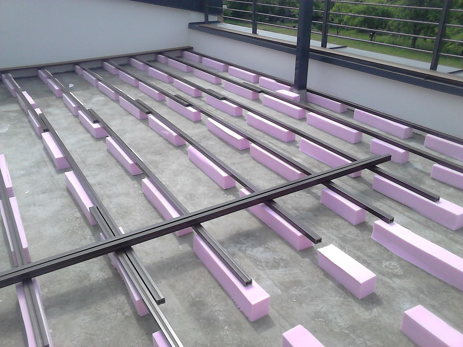 Dnes montaž terasy ,musely sme dvihat 10 cm do vysky prahu dvery - Obrázok č. 1