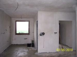 pohľad z obývačky do kuchyne a do predsiene