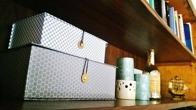 Krabičky z Jysku, Lahev z Pepca, svíčky z Horoskopu a loď z dovolené v Holandsku