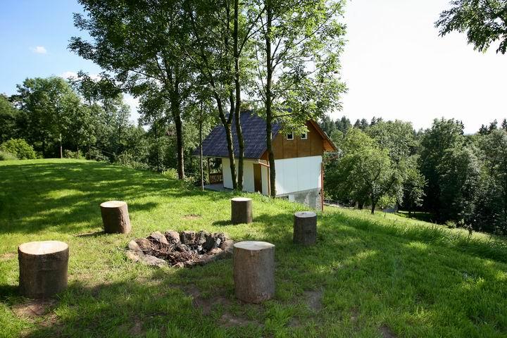 Na chatě u Pejru - kolem ohniště vyřešíme posezení jednoduše