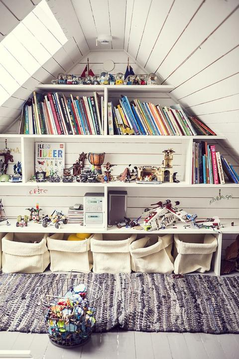 Na chatě u Pejru - knihovna v podkroví