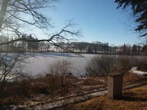 výhled na zamrzlý rybník