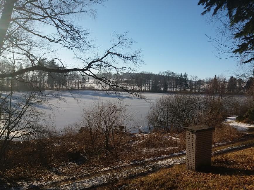 Na chatě u Pejru - výhled na zamrzlý rybník