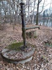 """náš zdroj vody (na pití není dobrá, jen na nádobí a """"koupel"""")"""
