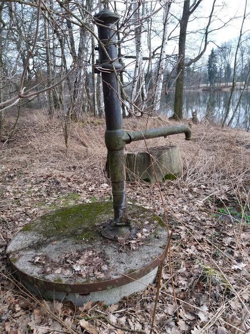 """Na chatě u Pejru - náš zdroj vody (na pití není dobrá, jen na nádobí a """"koupel"""")"""